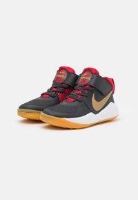 Nike Performance - TEAM HUSTLE 9 UNISEX  - Basketball shoes - dark smoke grey/metallic gold - 1
