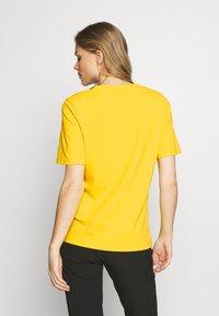 Peak Performance - TECH TEE - T-shirt con stampa - stowaway yellow - 2