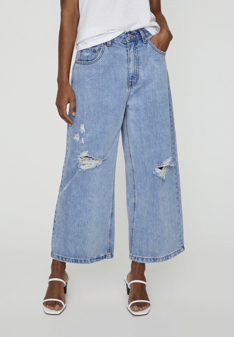PULL&BEAR - MIT ZIERRISSEN - Široké džíny - light blue