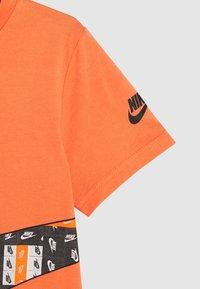 Nike Sportswear - LO-FI LABEL WRAP TEE - Print T-shirt - camellia - 2