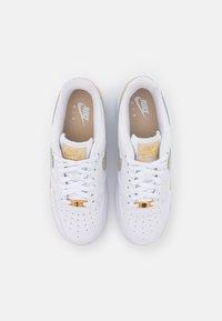Nike Sportswear - AIR FORCE 1 07 ESS - Sneakers - white/rattan - 5