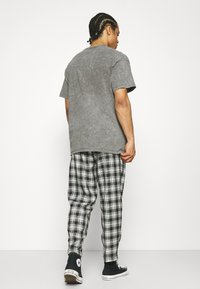 Vintage Supply - CASUAL CHECK TROUSER - Trousers - grey - 2