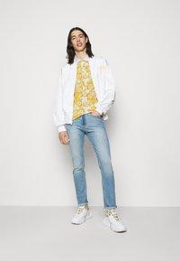 Versace Jeans Couture - PRINT LOGO BAROQUE  - Polo shirt - white - 1