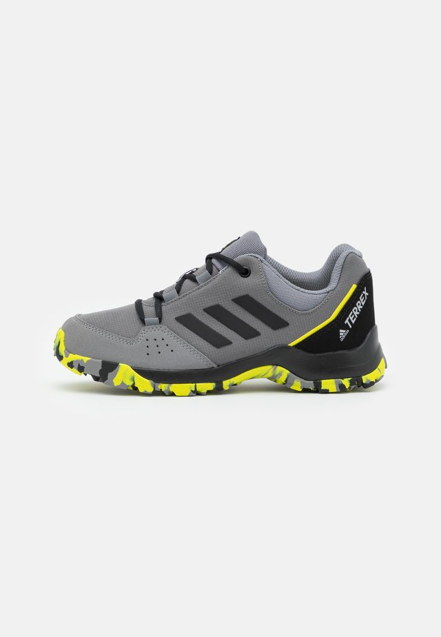 TERREX HYPERHIKER LOW UNISEX - Zapatillas de senderismo - grey four/core black/grey three
