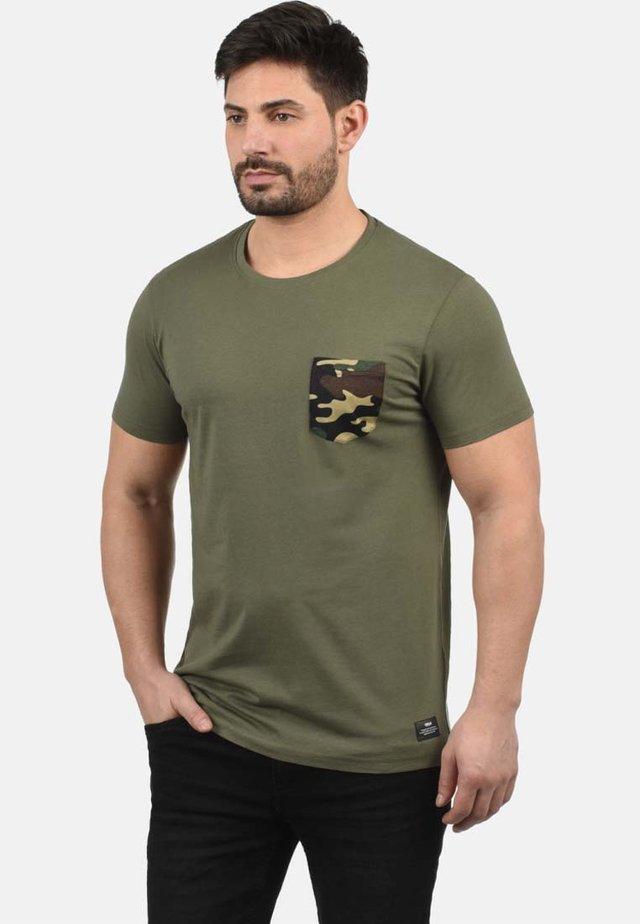 CALVIN - T-shirt print - dusty olive