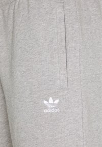 adidas Originals - ESSENTIAL UNISEX - Shorts - mottled dark grey - 2