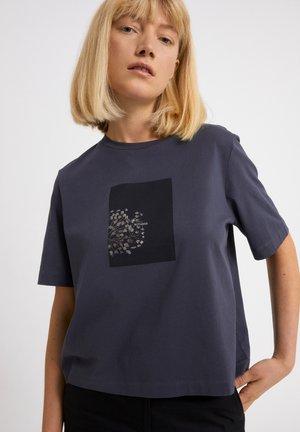LAYAA BOTANEE - Print T-shirt - indigo