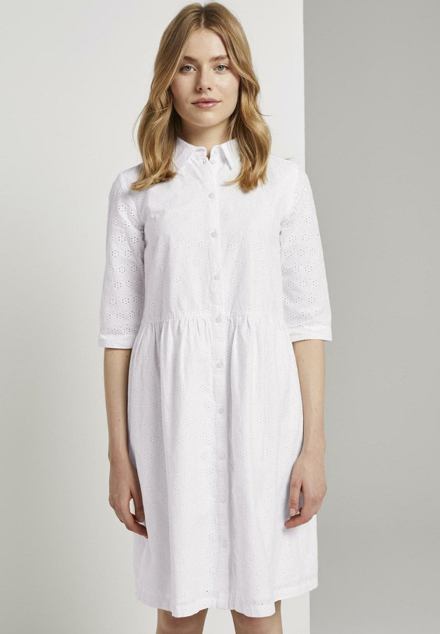 MIT LOCHSTICKEREI - Blusenkleid - white