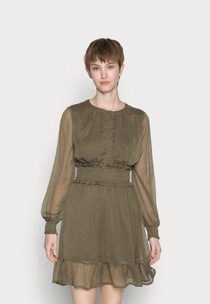 VMMADDY SMOCK SHORT DRESS VIP  - Day dress - ivy green