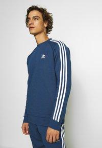 adidas Originals - 3 STRIPES CREW UNISEX - Sweatshirt - nmarin - 0