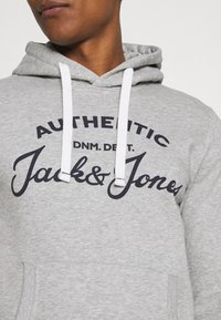 Jack & Jones - JJHERO HOOD - Mikina s kapucí - light grey melange - 3