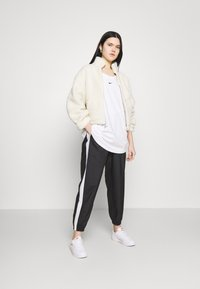 Nike Sportswear - TEE PLUS - Camiseta básica - white - 1