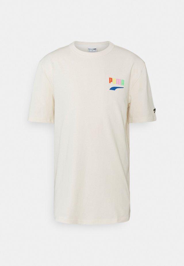 DOWNTOWN GRAPHIC TEE - T-shirt imprimé - eggnog