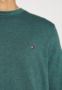 Tommy Hilfiger - CREW NECK - Sweter - green - 5
