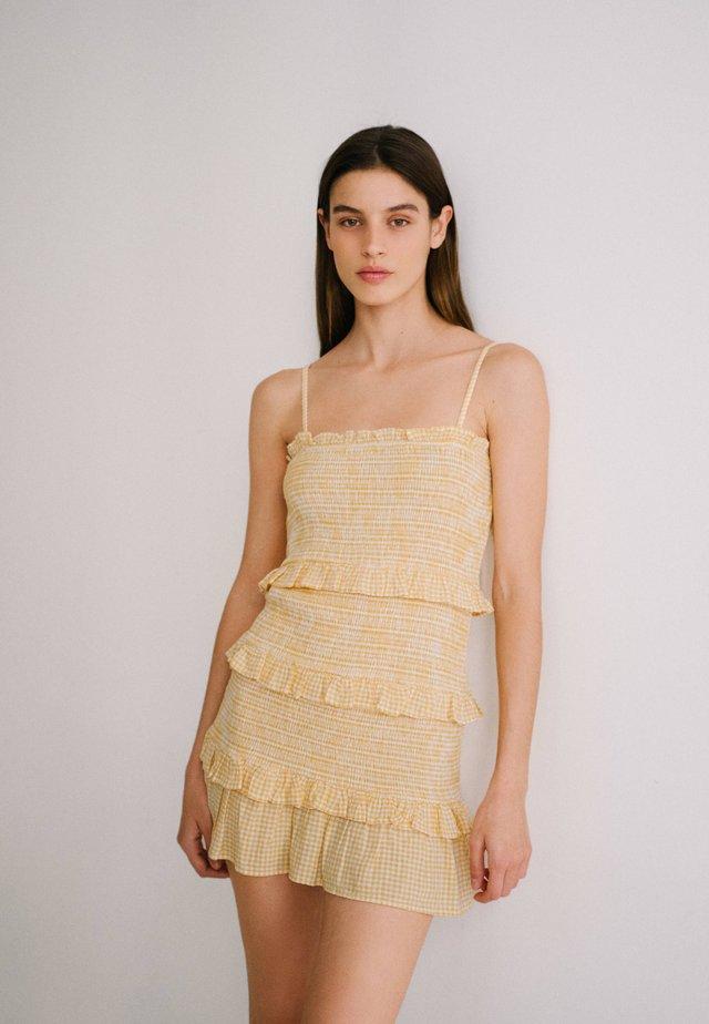MIT VOLANTS UND VICHYKAROS - Robe d'été - mustard yellow