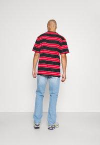 Karl Kani - ORIGINALS STRIPE TEE  UNISEX - T-shirt z nadrukiem - red/black/green - 2