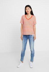 Selected Femme - SLFSTANDARD V NECK - Print T-shirt - cherry tomato/bright white - 1