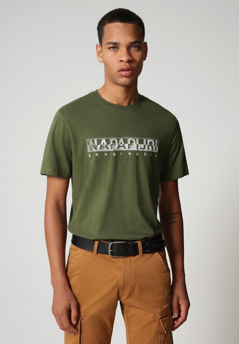 Napapijri - SALLAR - Print T-shirt - green cypress