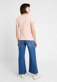 Calvin Klein Jeans - INSTITUTIONAL LOGO SLIM FIT TEE - Print T-shirt - blossom/bright white - 2