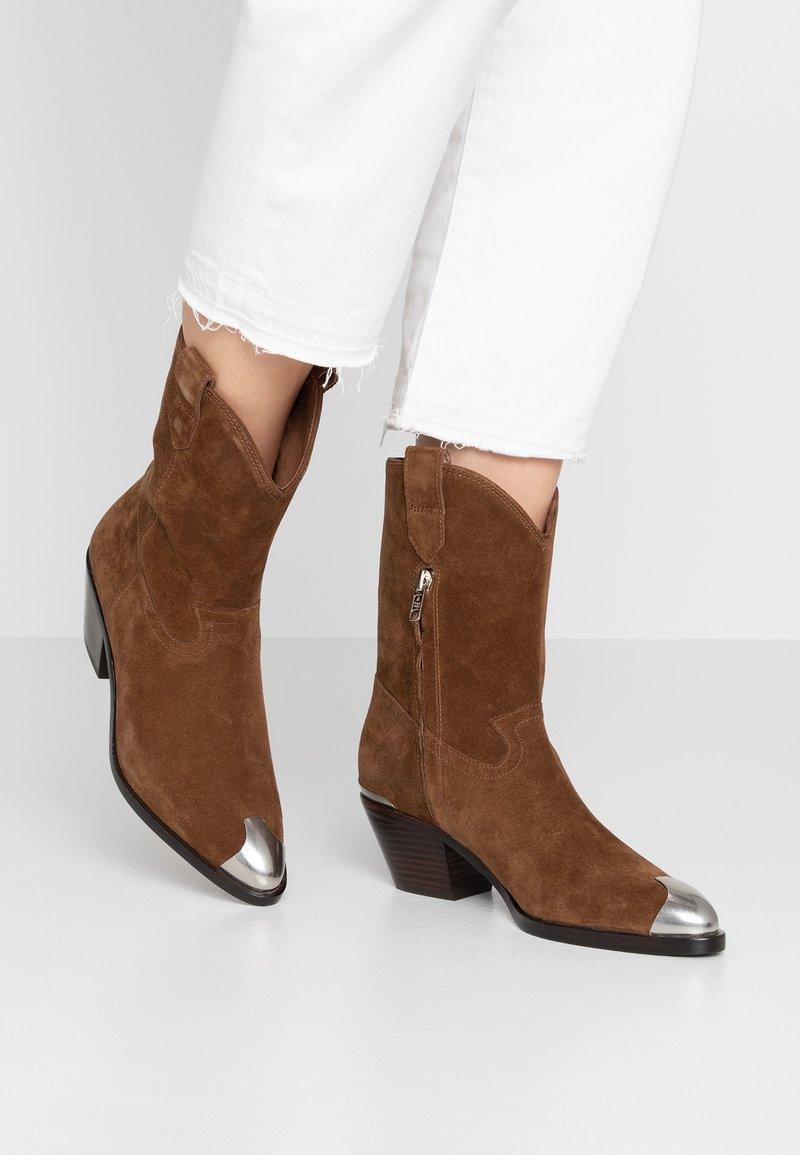 Ash - FAMOUS - Cowboy/biker ankle boot - baby soft russet