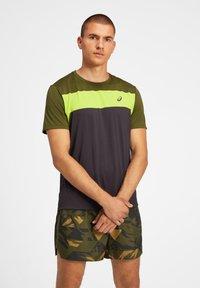 ASICS - Print T-shirt - graphite grey/smog green - 0
