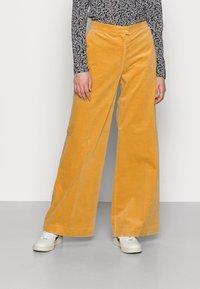 Samsøe Samsøe - COLLOT TROUSERS - Pantalones - ochre - 0