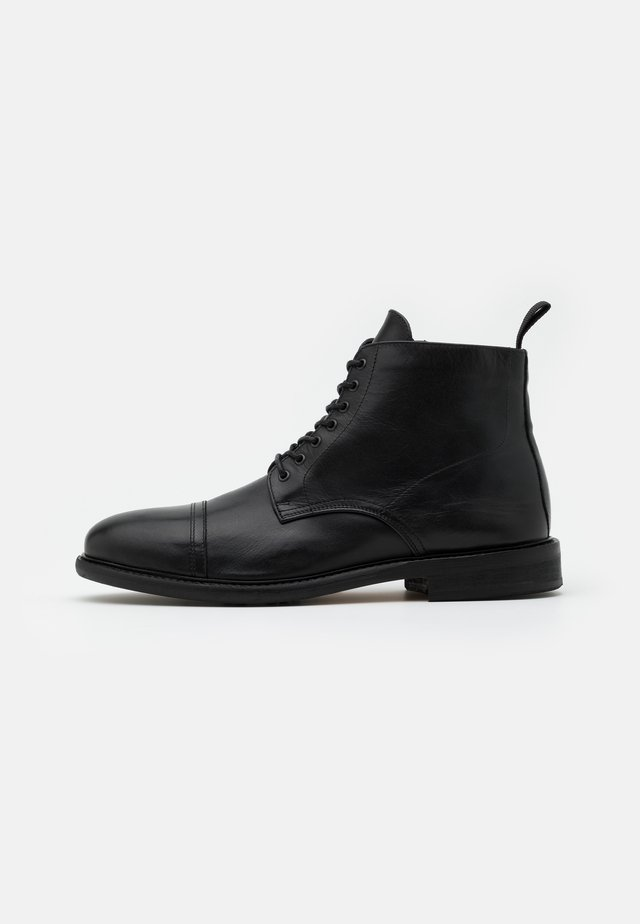 PILOT BOOTS - Bottines à lacets - black