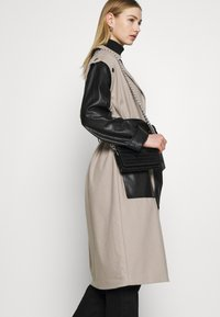 4th & Reckless - JAGGER JACKET - Trenchcoat - taupe/black - 4
