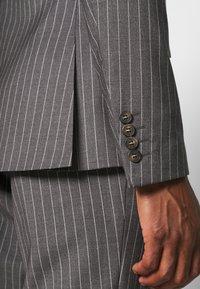 Isaac Dewhirst - BOLD STRIPE SUIT - Oblek - grey - 7
