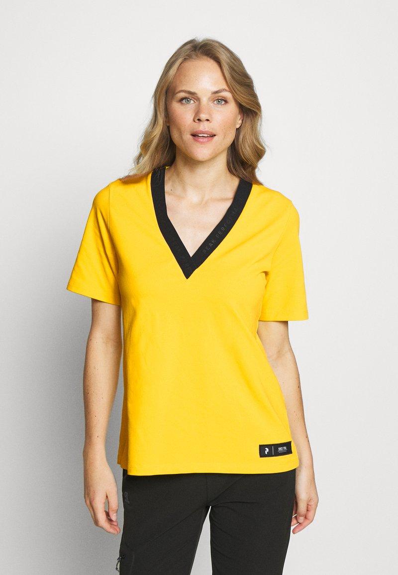 Peak Performance - TECH TEE - T-shirt con stampa - stowaway yellow