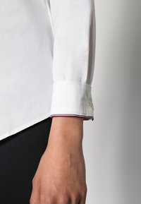 Tommy Hilfiger - HERITAGE SLIM FIT - Button-down blouse - classic white - 4