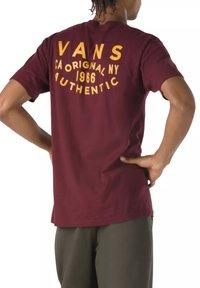 Vans - MN OG PATCH SS - T-shirt med print - port royale - 1