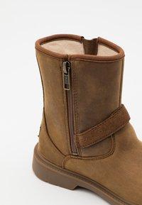 UGG - KINZEY - Cowboy/biker ankle boot - walnut - 5