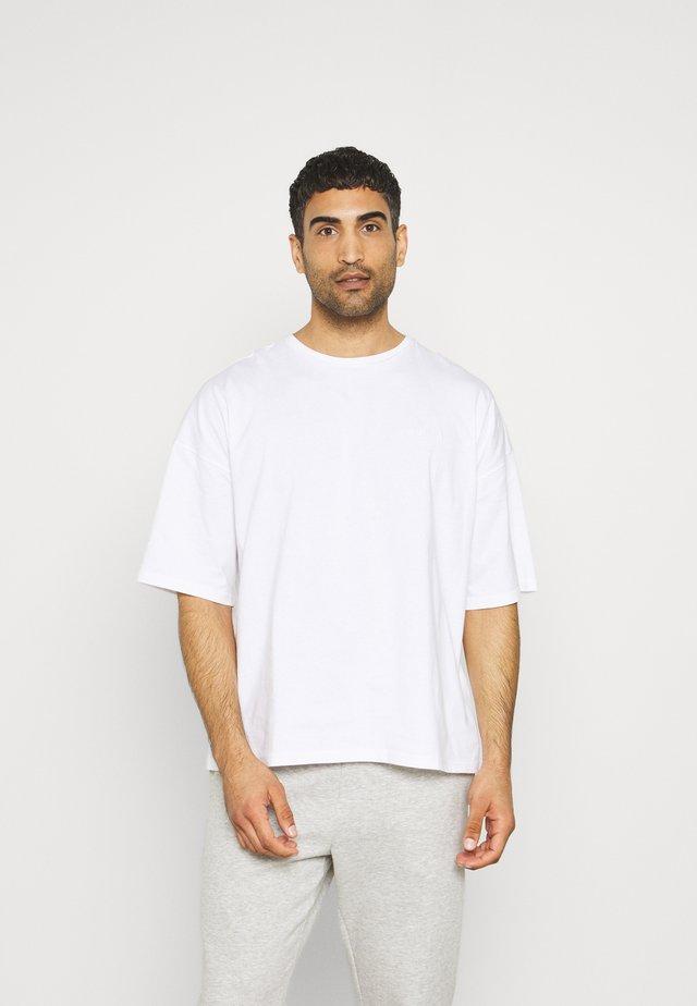 OVERSIZED CREW NECK - T-shirts - white