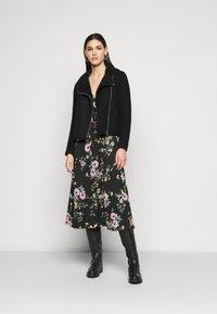 ONLY Tall - ONLZILLE FIXED SMOCK DRESS - Kjole - black - 1