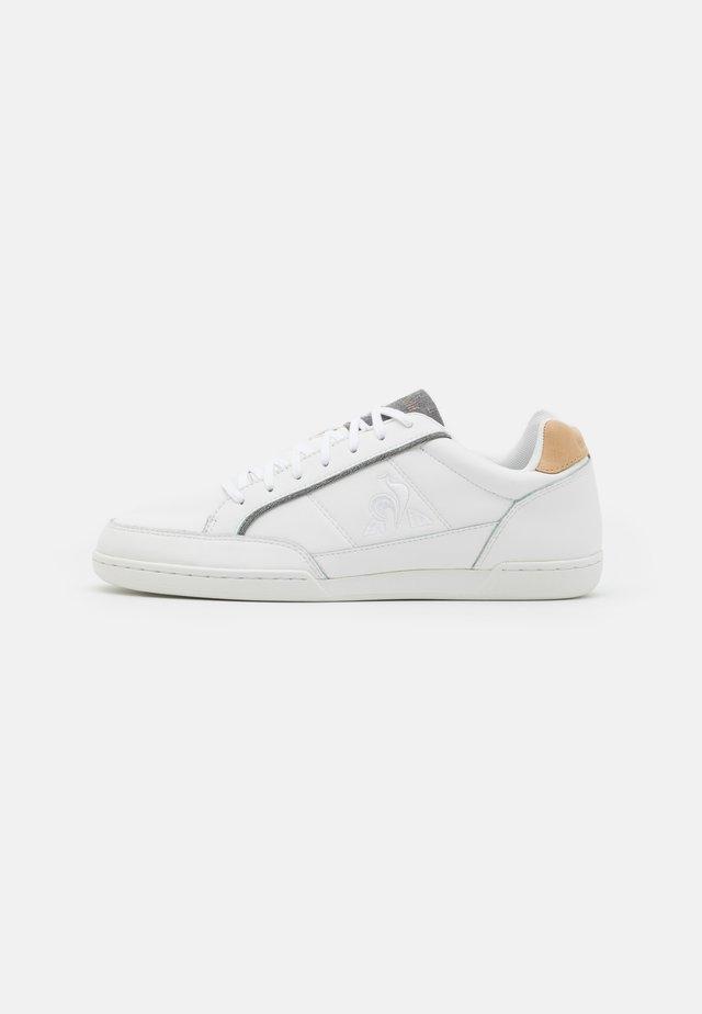 TOURNAMENT UNISEX - Sneakers - optical white/tan