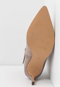 Anna Field - Kotníková obuv na vysokém podpatku - taupe - 6