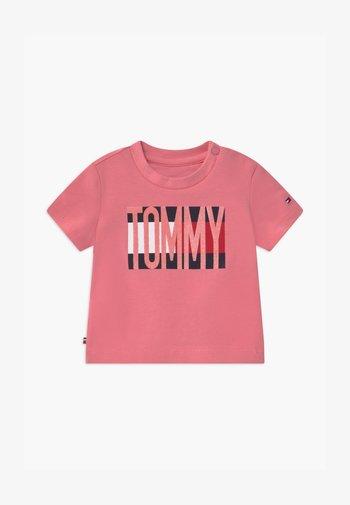 BABY FLAG TEE - T-shirt print - pink
