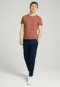 TOM TAILOR DENIM - T-shirt print - orange mini palm leaf print - 1
