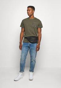 Nike Sportswear - Basic T-shirt - khaki - 1