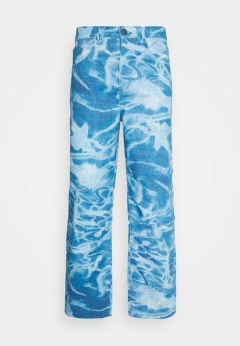 SWIMMING POOL SKATE - Relaxed fit -farkut - blue
