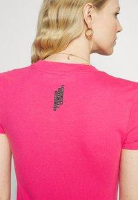 Guess - MINI TRIANGLE - Basic T-shirt - girly pink - 3