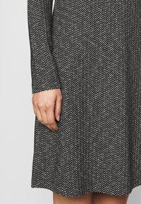 comma casual identity - Pletené šaty - grey/black - 5
