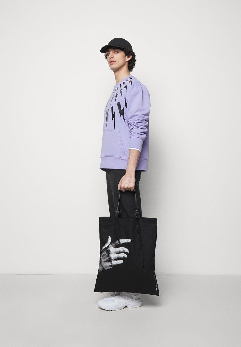 Neil Barrett - THE OTHER HAND TOTE BAG UNISEX - Velká kabelka - black