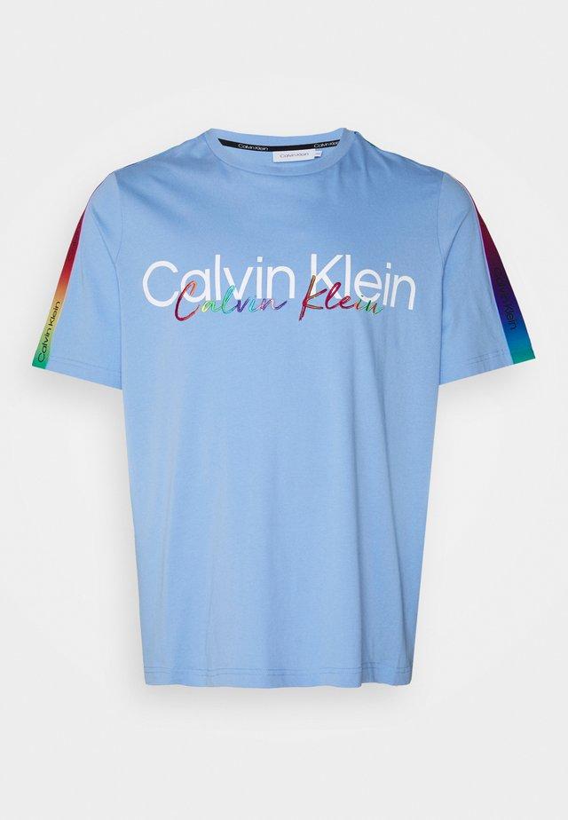 PRIDE CREW TEE - Print T-shirt - blue