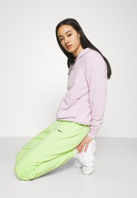 Nike Sportswear - WASH PANT - Pantalones deportivos - ghost green/black - 3