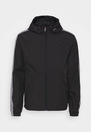 PACKABLE JACKET - Lehká bunda - black