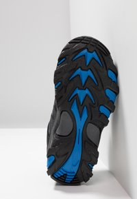 Hi-Tec - BLACKOUT LOW - Trekingové boty - black/blue - 5