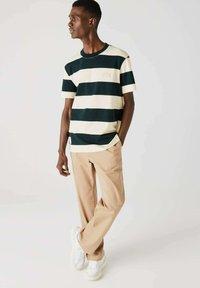 Lacoste - T-shirt imprimé - dunkelgrün / beige - 0