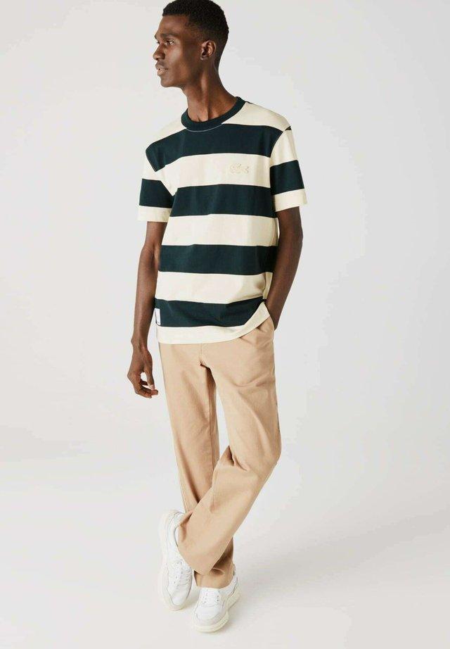 T-shirt imprimé - dunkelgrün / beige